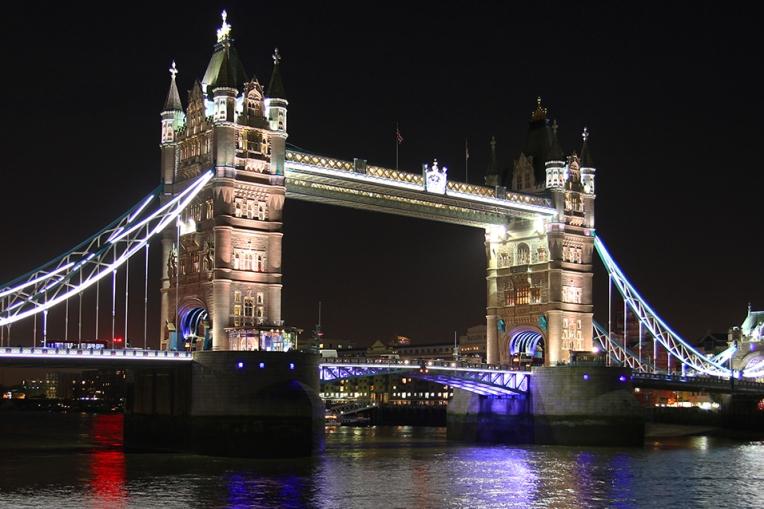 Widok na Tower Bridge podczas wieczornego spaceru